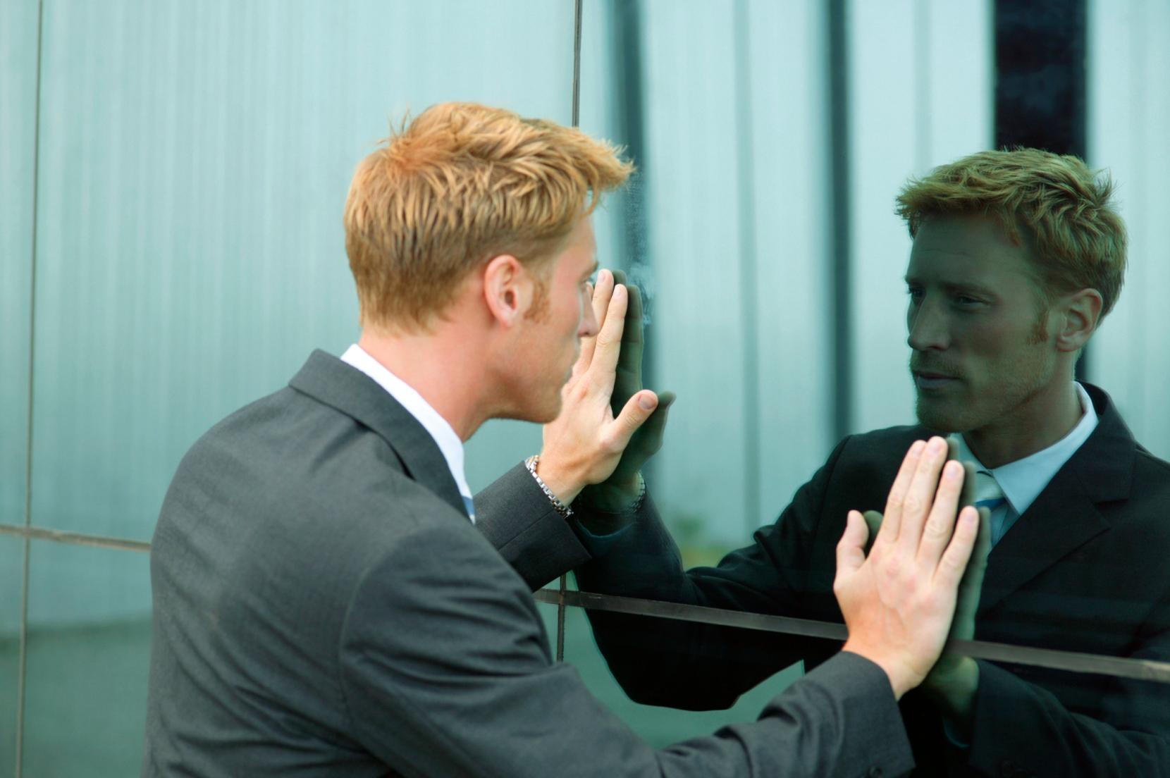 Resultado de imagen para hombre hablando al espejo